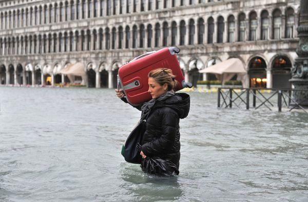 tourist-suitcase-venice-flooding_61188_600x450